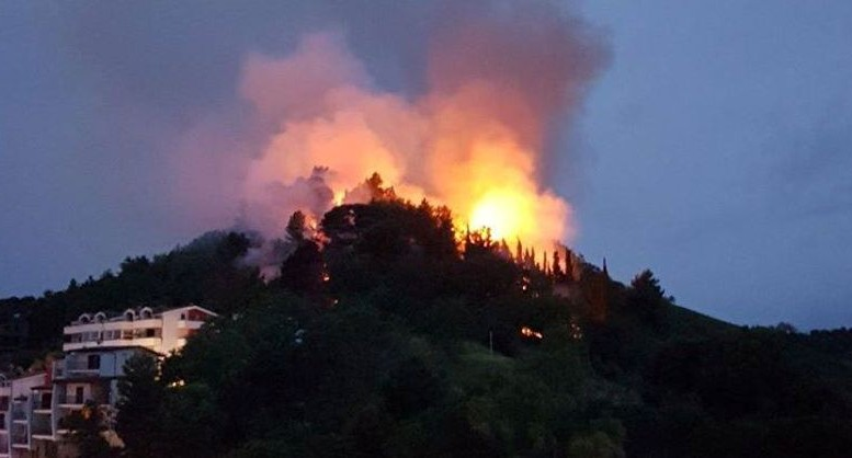 Montesilvano colle in fiamme