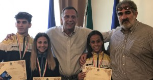 Il sindaco insieme ai ragazzi premiati
