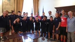 La delegazione di giovani calciatori statunitensi in visita dal sindaco