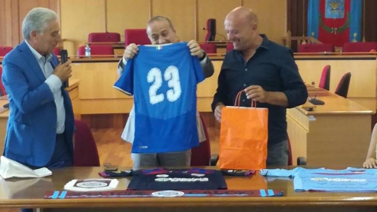 Spoltore calcio: presentazione in Comune. Il sindaco Di Lorito riceve una maglia in omaggio