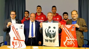 Conferenza stampa Wwf Italia e Teramo Basket con il Sottosegretario Mazzocca (secondo da sinistra), il Presidente di Wwf Abruzzo Di Tizio (a destra), il presidente Teramo basket Ermanno Ruscitti, il vice presidente del WWF Italia Dante Caserta