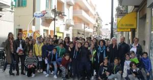 Gli studenti della Pascoli con l'assessore Allegrino, la dirigente Morgione, l'architetto Rainone e i docenti
