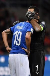 Buffon, abbraccia Bonucci è l'emblema della disperazione