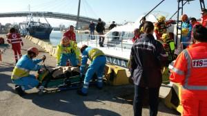I feriti mentre vengono portati a terra