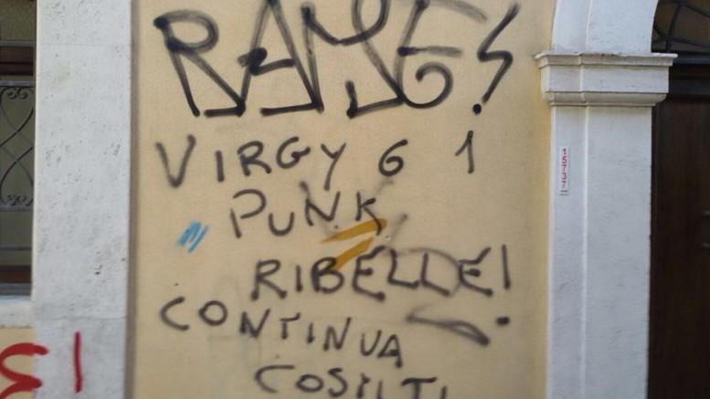 Una delle scritta davanti alla casa di D'Annunzio